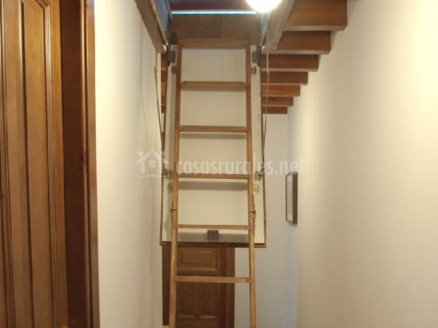 Casa larrionda 1 en villar de huergo asturias for Escaleras villar