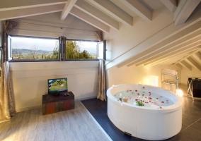 Dormitorio abuhardillado con jacuzzi
