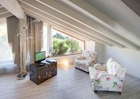 Dormitorio abuhardillado con su jacuzzi