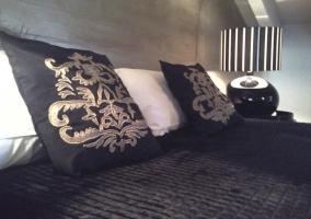 Dormitorio abuhardillado con zona de estar