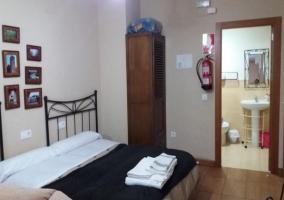 Dormitorio matrimonial y baño