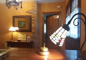 Amplia entrada al alojamiento con puerta