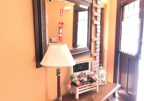 Entrada a la casa con mueble en madera