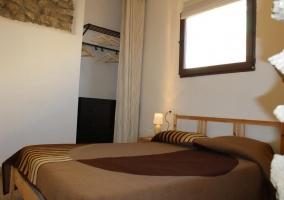Dormitorio amplio con detalles rústcos