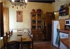 Cocina de madera y ladrillo con comedor