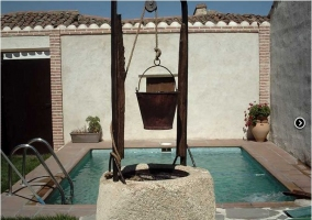 Patio exterior con piscina y pozo