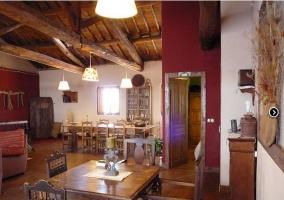 Salón-comedor en madera de la casa rural