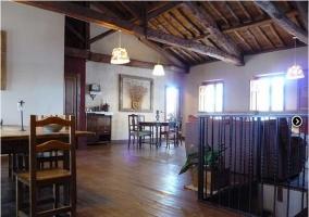 Salón con suelo y techo de madera de la casa rural