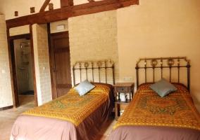 Habitación camas individuales y balcón