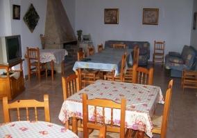 Comedor de la casa con mesas puestas