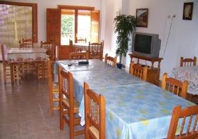 Comedor de la casa con mesas y chimenea