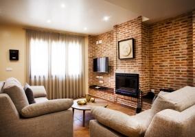 Sala de estar con chimenea y la cocina al final
