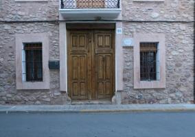 Vistas de la fachada de la casa en piedra