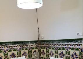 Sala de estar con sillones y paredes de azulejo