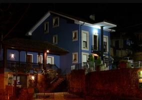 Vistas de la casa por la noche