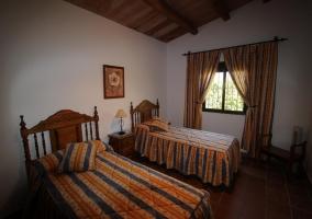 Dormitorio de matrimonio de la casa con ventana