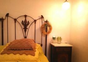 Dormitorio amplio con detalles del mobiliario