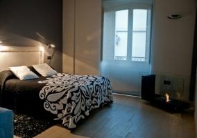 Jacuzzi en la esquina del dormitorio enfrente de la cama