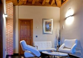 Dormitorio de matrimonio con llama en pequeña chimenea