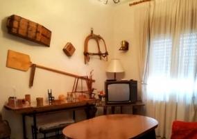 Sala de estar con detalles de cuadros sobre los sillones