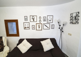Sala de estar tradicional con chimenea decorada