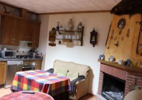 Cocina y sala de estar al lado con mesa de centro