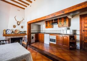 Sala de estar amplia con sillones tapizados y chimenea