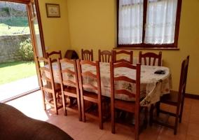 Sala de estar con chimenea y salida al exterior