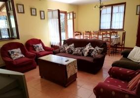 Sala de estar con la mesa de comedor y salida al exterior