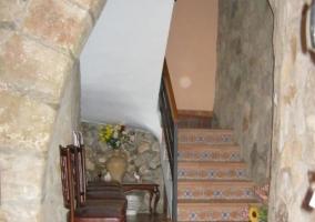 Entrada al alojamiento con puerta de madera y plantas