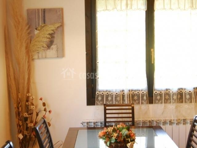Salón comedor con bonita decoración