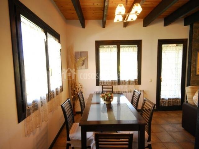 Salón comedor con techos y vigas de madera