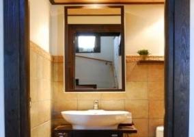 Aseo de la planta baja con mueble de madera y espejo