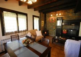 Salón comedor de la casa con ventanas