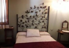 Dormitorio de matrimonio amplio con cabecero