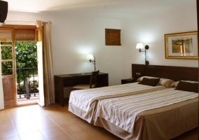 Dormitorio amplio con la terraza