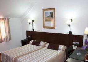 Dormitorio amplio con un par de camas individuales