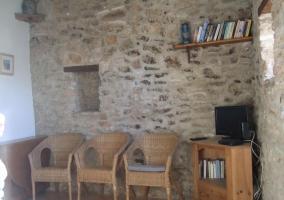 Sala estar con pared piedra