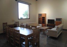 Sala de estar con techos altos y zona de relax