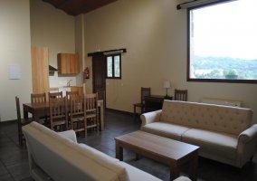 Sala de estar con sillones y mueble con tele