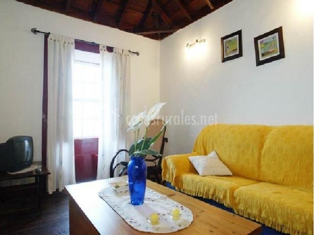 Funda amarilla sobre el sofá