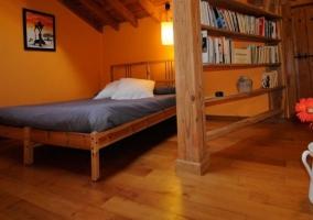 Ático amplia sala de estar junto a la cama grande