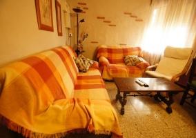 Sala de estar con mesa familiar