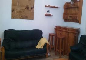 Sala de estar con una televisión