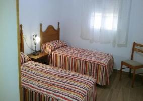 Amplia sala de estar con un cómodo sofá