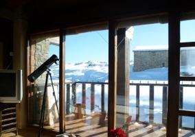 Sala de estar con detalles y techos de madera