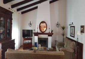 Sala de estar con la chimenea en blanco y madera