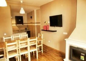 Sala de estar con chimenea y televisión