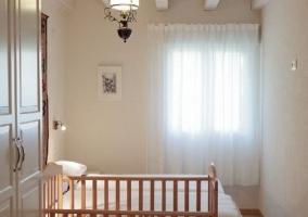 Habitación doble con dos camas y espejo