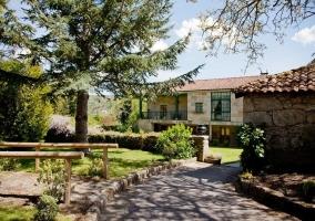 Casa con jardines